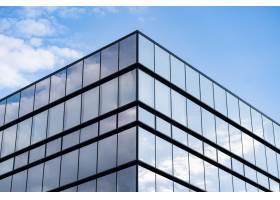 蓝天白云的现代玻璃建筑_985970501