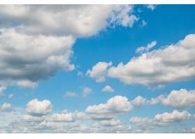 蓝天的背景和蓬松的云彩_1306077101