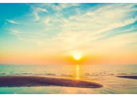 蓝色白色的夕阳天空_109109501