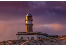 西班牙傍晚日落时多云天空下的拉里诺灯塔_1204550401