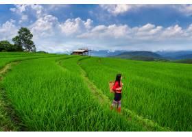 身穿泰国传统文化服饰的亚洲妇女在泰国清迈_1325074501