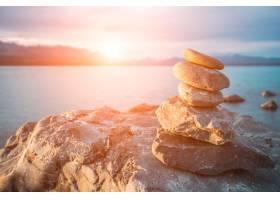 日落时分石头堆放在海里_92563901