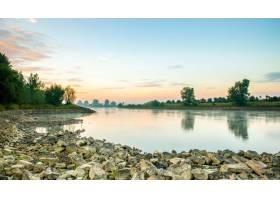 日落时分美丽的照片拍到了一个被树木包围_1030358501
