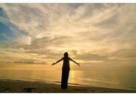 瑜伽和沙滩上的女人_117257501