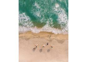 瓦尔卡拉海滩海滩雨伞和躺在沙滩上的人的俯_1291022201