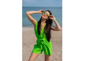 时尚的户外夏日肖像年轻漂亮的黑发美女戴_1327186401