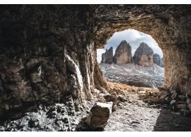 白天山洞的美景_1169714101