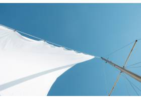 白天晴朗天空下船桅上白帆的低角度拍摄_1011247701