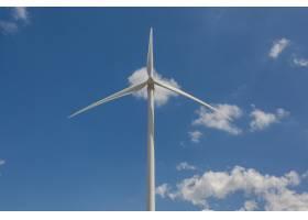 白天阳光和蓝天下风车的低角度拍摄环境概_1194283301