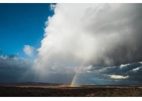 晴朗蓝天中白云间彩虹的美丽宽阔镜头_789995801