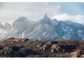 智利巴塔哥尼亚在多云的天空下雪山的美_985235601
