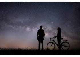 相爱的年轻情侣在日落时享受在一起的美好时_127591901