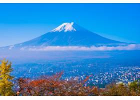 秋天枫叶树下富士山的美景_353124401