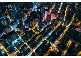 空中拍摄的城市风景高层建筑在夜间散光_828111501