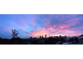 紫色和蓝色天空下的城市建筑全景_805470301