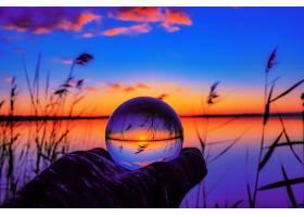 水晶球反射令人叹为观止的日落的美丽选择性_928342101