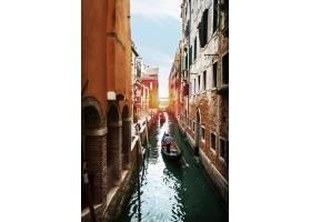 威尼斯水道上有吊船和小船的美丽景色意大_113167101