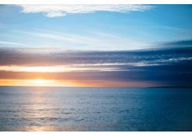 宁静的海面上的日落美景_1072865401