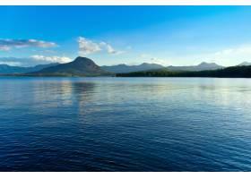 宁静的湖水倒映着蓝天的全景_1058376501