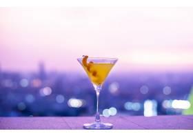 屋顶上的橙色鸡尾酒_276575201