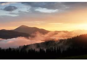 山上美丽的日落阳光透过橙色云雾的风景_1000164001