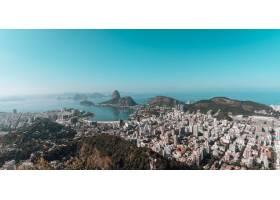 巴西蓝天下被大海包围的里约热内卢风景_1018670701
