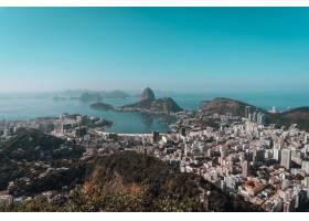 巴西蓝天下被大海包围的里约热内卢风景_1054275601