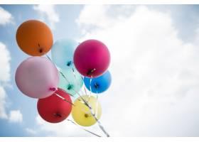 年轻女孩手持彩色气球_252481701