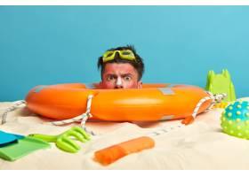 年轻男子头上涂着防晒霜周围环绕着海滩饰_1305611101