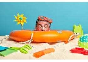 年轻男子头上涂着防晒霜周围环绕着海滩饰_1305611401