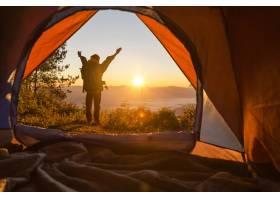 徒步旅行者站在露营前橙色的帐篷和背包在_435162801