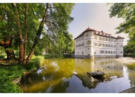 德国巴德拉佩瑙被树木包围的护城河城堡的景_1306072801