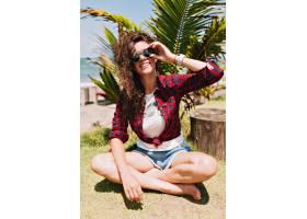 快乐可爱的时尚美女一头卷曲的深色头发_1316028601