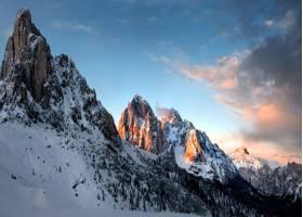 意大利多洛米腾多云天空下的雪石美景令人叹_1011095901