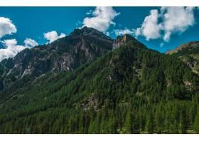 意大利普拉吉拉托的高高的落基山脉在多云_894399401