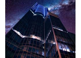 在令人叹为观止的星空下低角拍摄的现代未来_1099118901