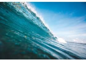 在印度尼西亚龙目岛拍摄的晴朗蓝天下形成波_907666201