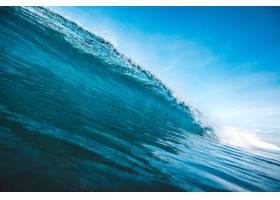 在印度尼西亚龙目岛拍摄的晴朗蓝天下形成波_928320301