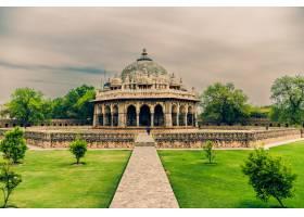 在多云的天空下拍摄的印度德里伊萨汗坟墓_1099037401