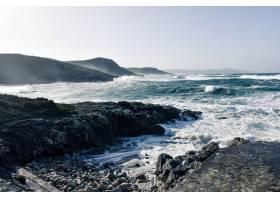 在多云的日子里壮丽的海浪涌向海滩上美丽_1275116601