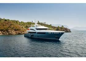 在天空的背景下豪华的大游艇停留在环岛的_245554201