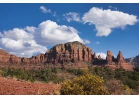 在干燥的地形上天空晴朗的情况下几座山_1321070601