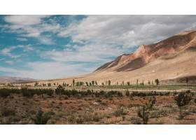 在摩洛哥拍摄的多云天空下令人叹为观止的山_918472901