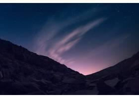 在美丽的极光星空下有许多金属制品的小山_928338201
