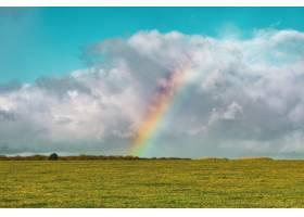 在蓝色多云的天空下远处空旷的草地上有一_1030370801