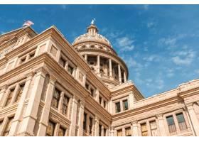 在蔚蓝美丽的天空下低角拍摄德克萨斯州国会_790377301