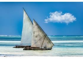 在阳光和蓝天下在海上扬帆_1154087301