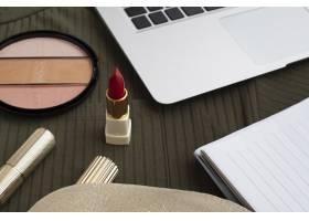 高角度装饰配红色唇膏和笔记本电脑_5571546