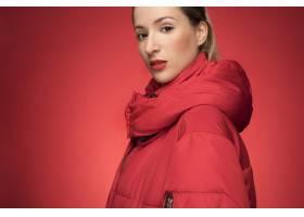 穿着红色冬装的美女_5263764