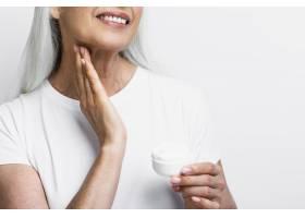 笑容可掬的成熟女性正在接受治疗_5431196